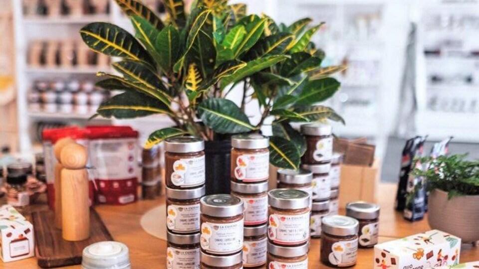 Des produits gourmands et des plantes sont installés sur un présentoir.