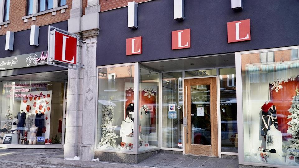 Vitrine extérieure d'une boutique de vêtements