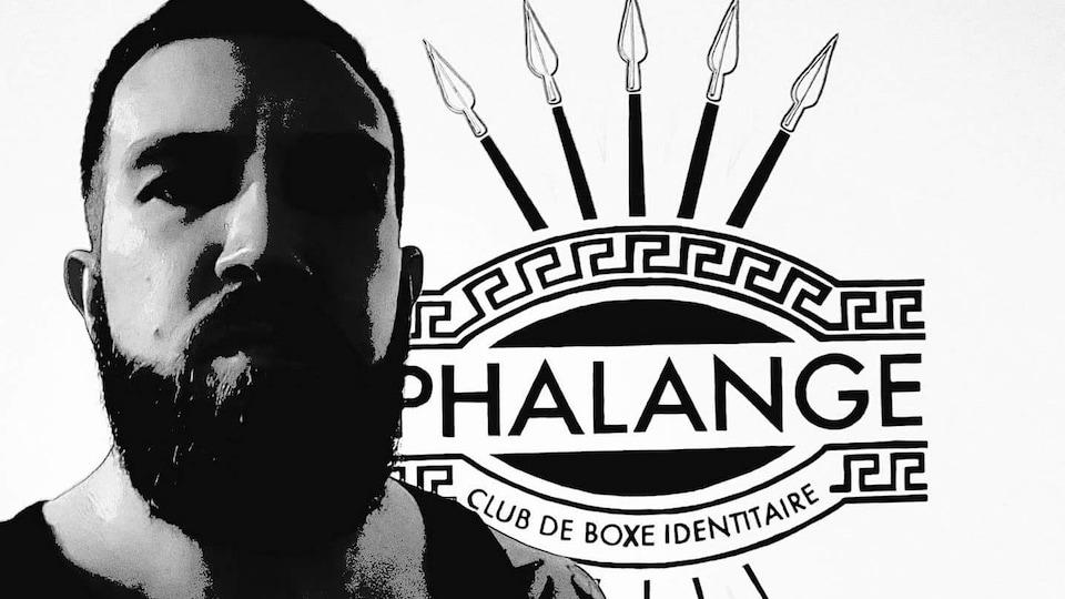 Raphaël Lévesque alias «Raf Stomper» devant le logo d'un club de boxe identitaire