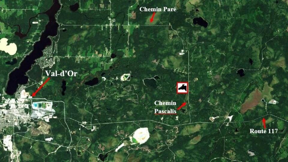 Une carte montre Val-d'Or, le Chemin Pascalis, le Chemin Paré et la route 117.