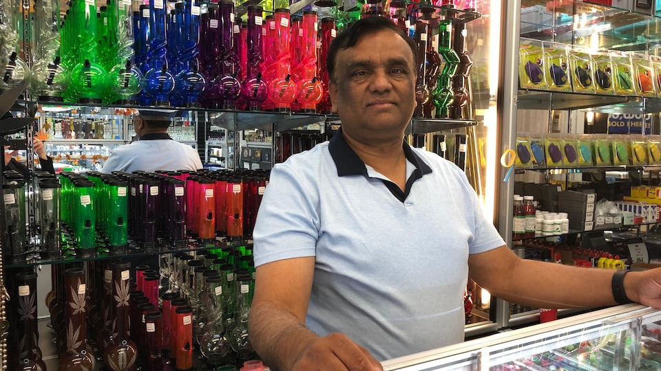 Peeyush Gupta derrière le comptoir de son commerce.