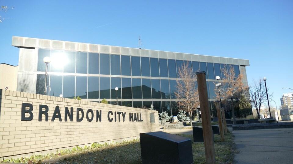 Photo de la façade de l'hôtel de ville de Brandon.