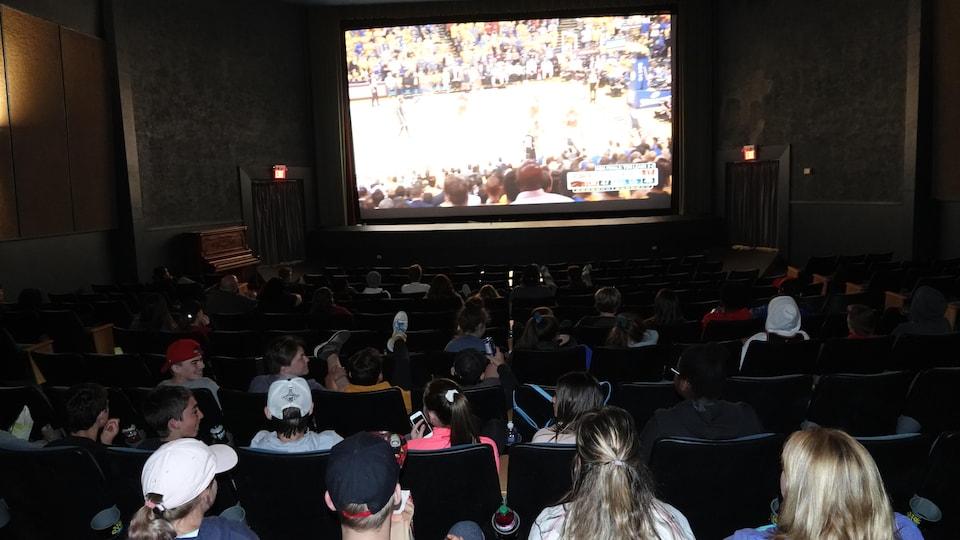 Des jeunes au cinéma.