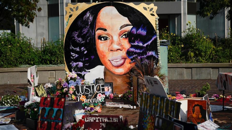 Le portrait peint de Breonna Taylor  dans un parc.