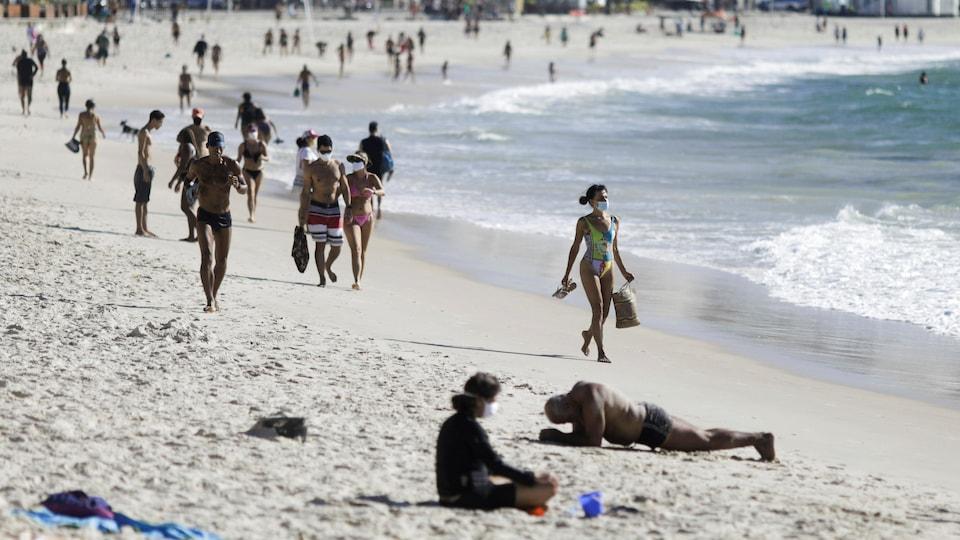 Des estivants sur la plage de Copacabana à Rio de Janeiro, au Brésil.