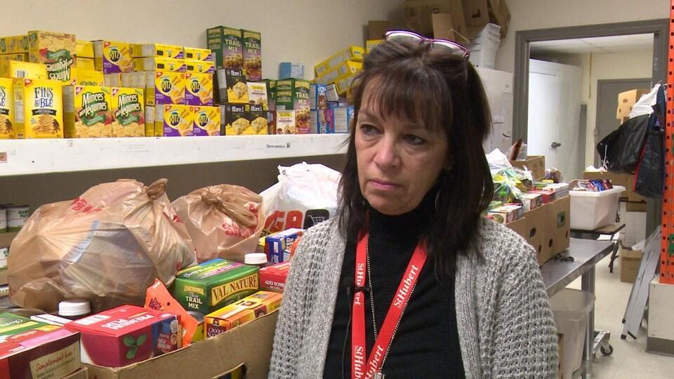 Charline Breton en entrevue devant un étalage de nourriture non périssable