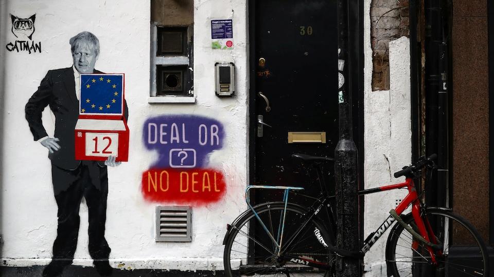 Un graffiti montre Boris Johnson tenant une valise/urne avec à côté la mention « Deal or no deal? »