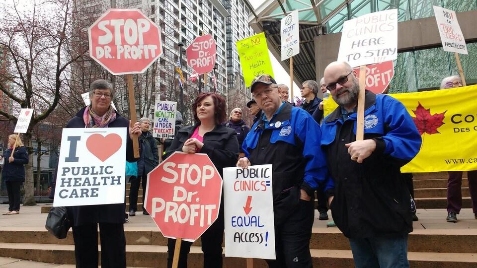 Des défenseurs du système de santé publique devant la Cour suprême de la Colombie-Britannique lundi à Vancouver.