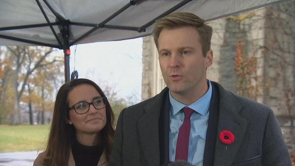 Brian Gallant en compagnie de son épouse lors d'un point de presse.