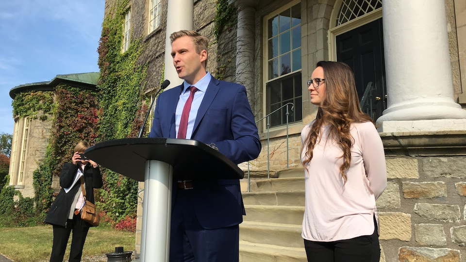 Brian Gallant avec son épouse en point de presse mardi matin.