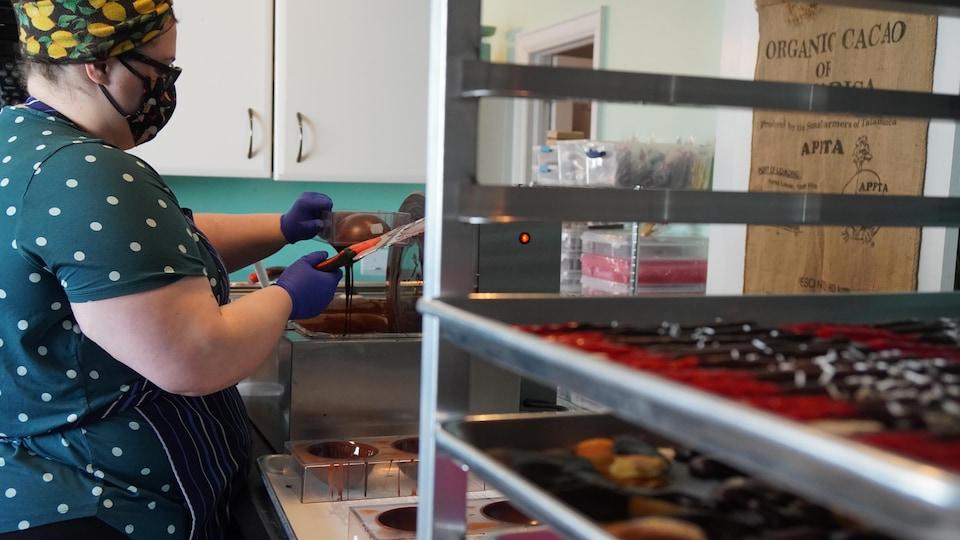 Une femme dans une chocolaterie.