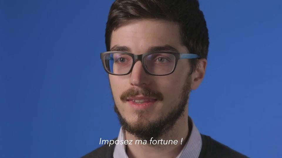 Un jeune s'adresse à la caméra réclame que sa fortune soit imposée davantage.