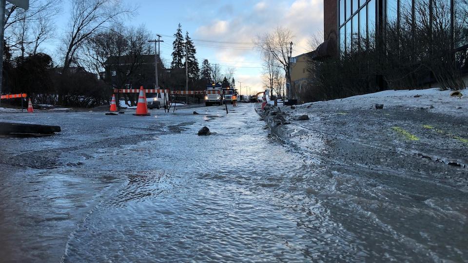 Une rue avec de l'eau gelée.