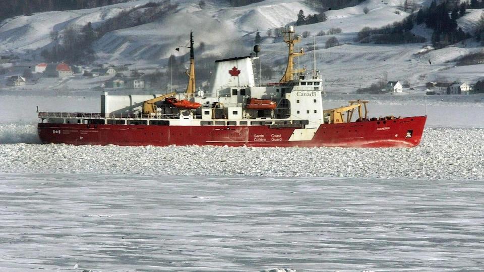 Le brise-glace Amundsen navigue dans les glaces.