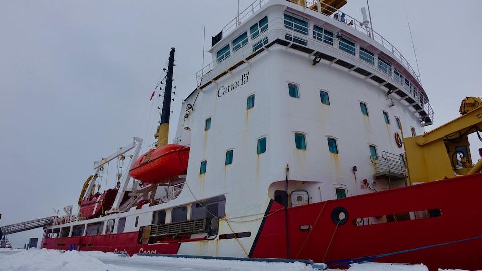 Une photo montre le brise-glace Des Groseilliers au quai de Trois-Rivières, en janvier 2018.