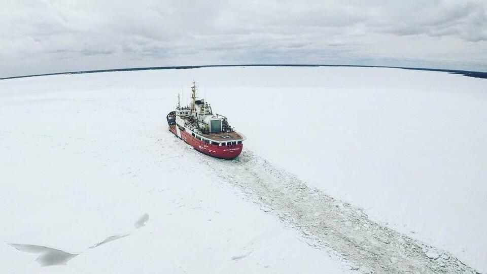 Le bateau traverse une couche de glace. Vu de haut, d'un hélicoptère.