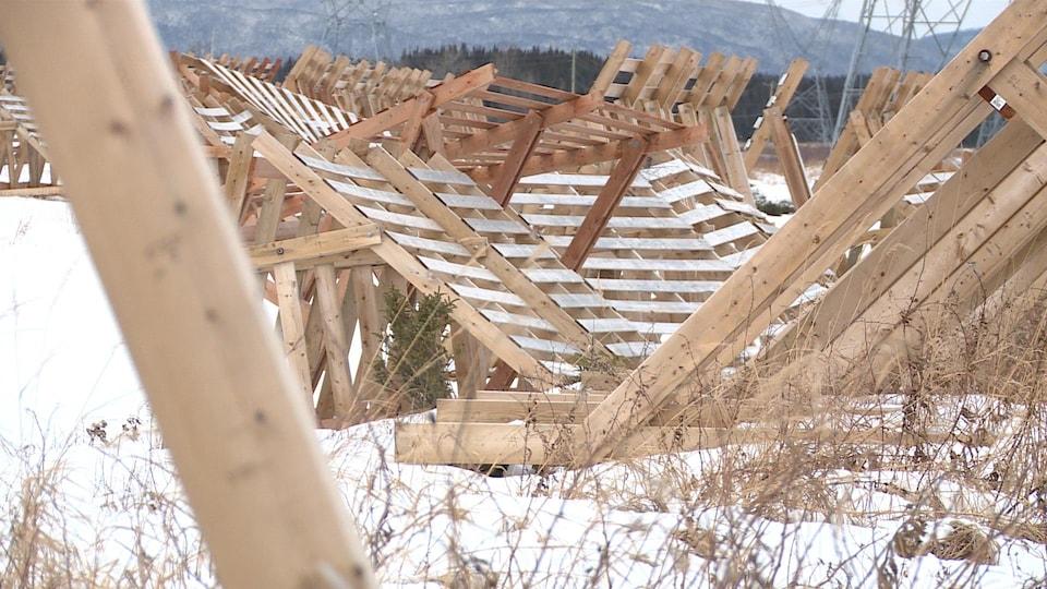 Des structures de bois pêle-mêle.