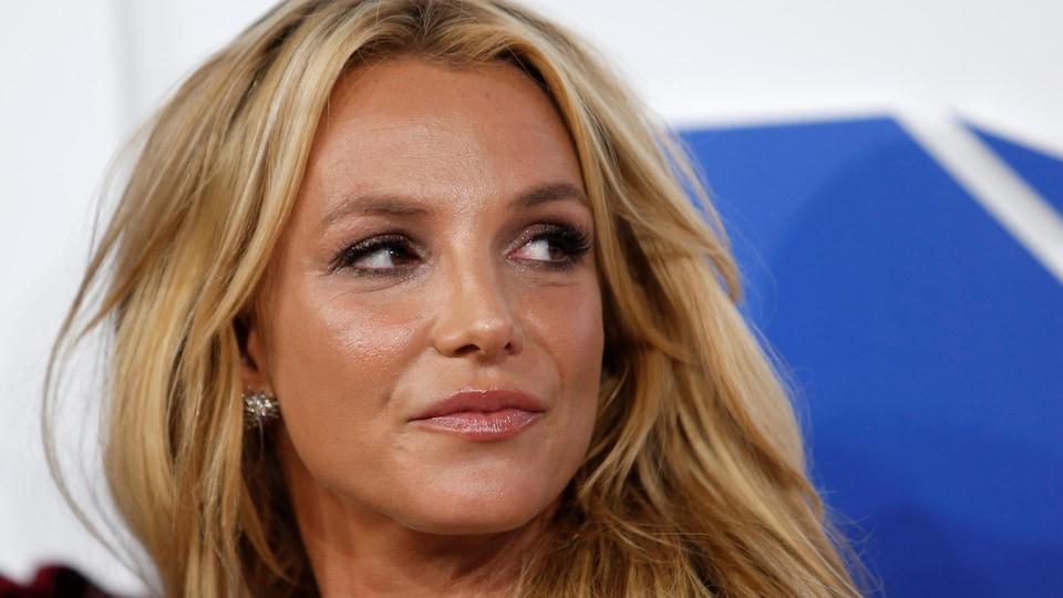 Gros plan sur le visage de Britney Spears.