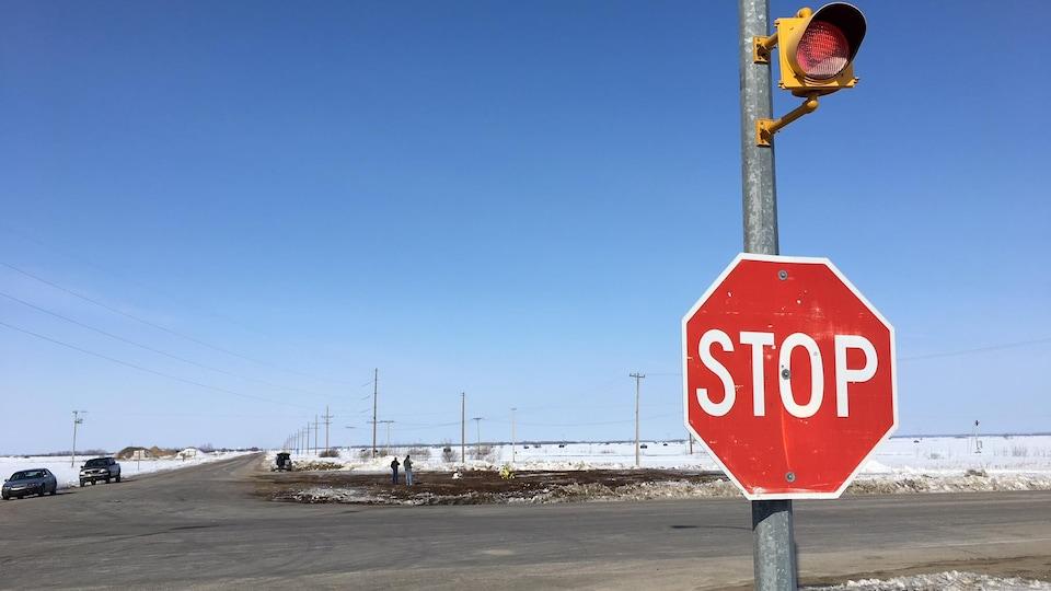 On voit l'intersection avec un panneau stop.