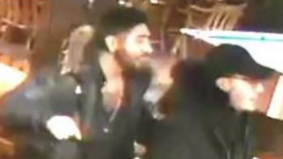 Deux hommes participent à une altercation verbale dans un bar.