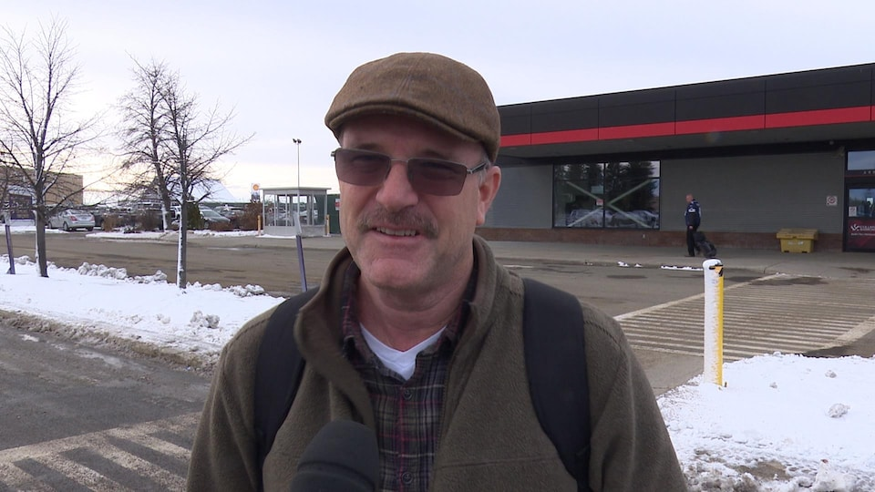 Bruce Loney, questionné devant l'aéroport de Sudbury.