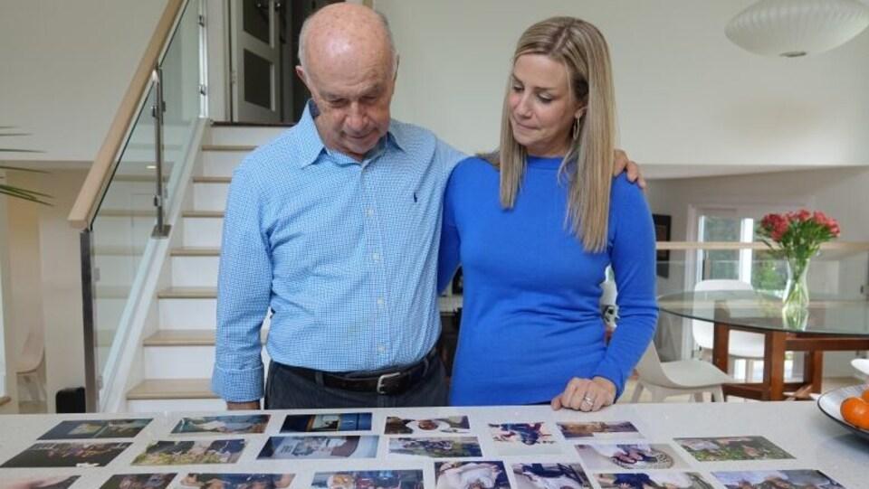 Un homme et une femme regardent des photos.
