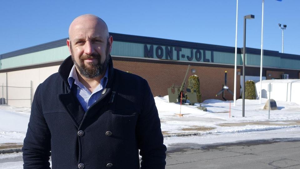 Bruno Paradis, devant l'aéroport de Mont-Joli.