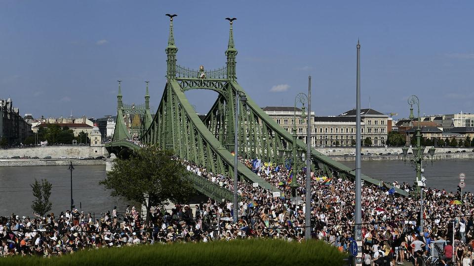 Une vue éloignée du pont rempli de manifestants.