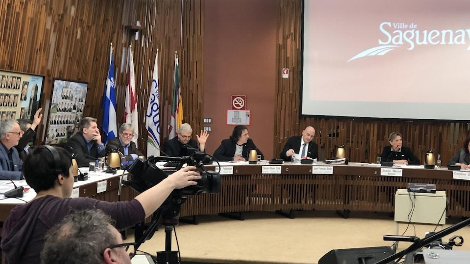Les élus sont réunis à la table du conseil de ville.