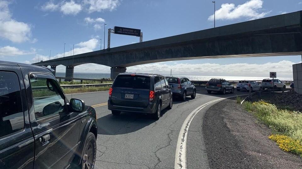Des automobilistes font la queue à l'approche du pont.