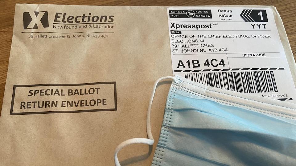 Une enveloppe postale contenant les documents.