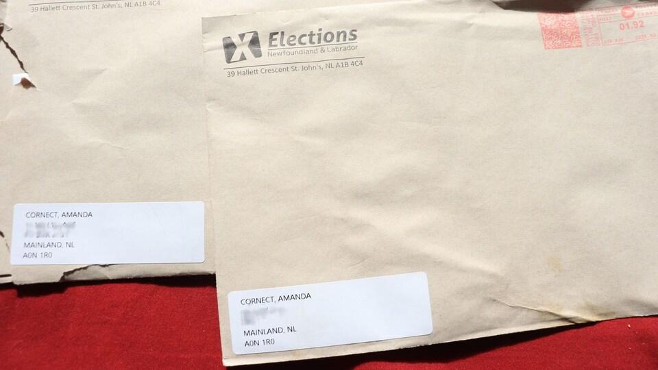 Deux enveloppes d'Élections Terre-Neuve-et-Labrador.