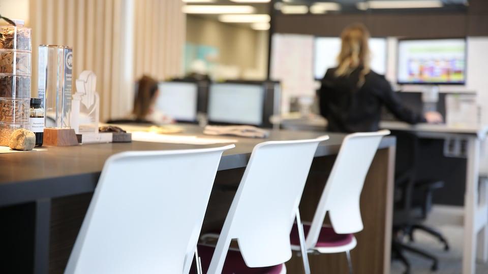 Une table au milieu d'un bureau.