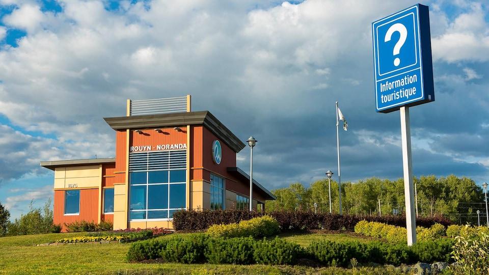 Le bureau d'information touristique de Rouyn-Noranda, en été.