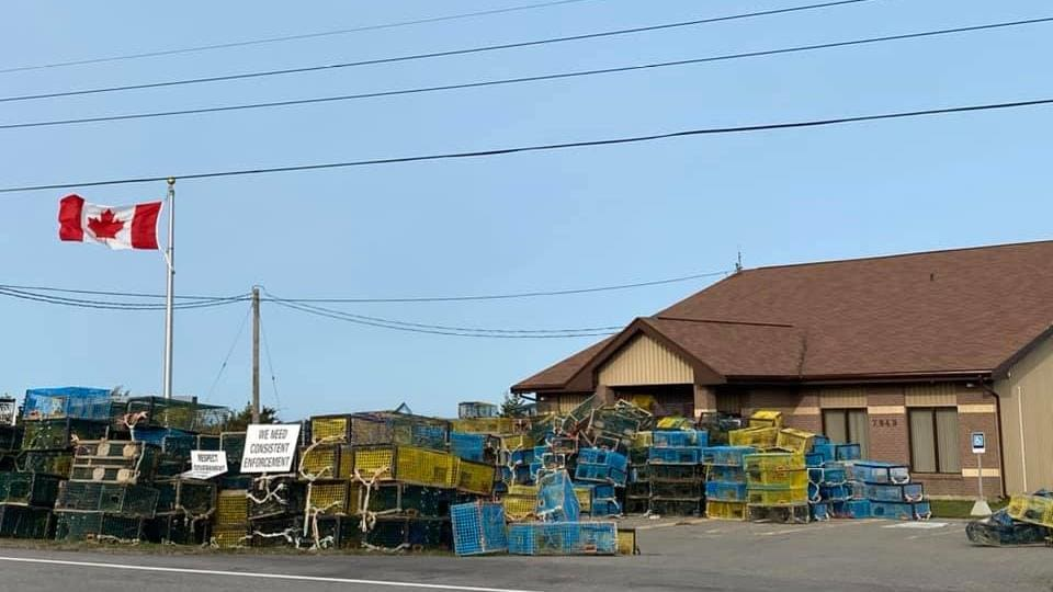 L'accès au bureau de Pêches et Océans Canada à Meteghan est obstrué par des dizaines de casiers à homard.