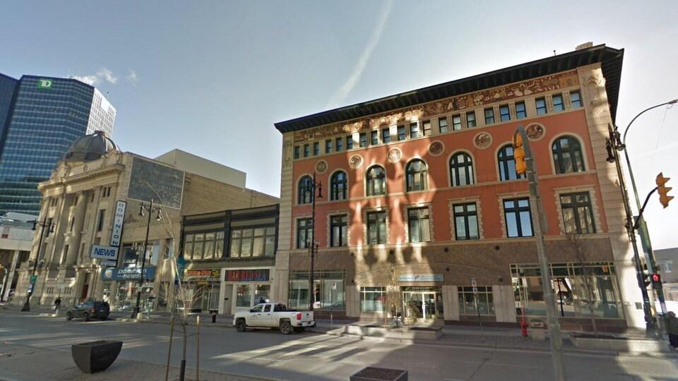 Un bâtiment rouge sur l'avenue portage à Winnipeg.