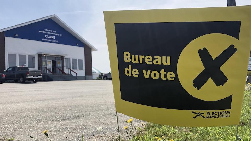 Une enseigne indiquant la présence d'un bureau de vote dans le centre des anciens combattants de Clare.