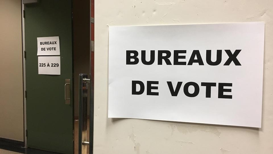 L'entrée de bureaux de vote lors des élections municipales