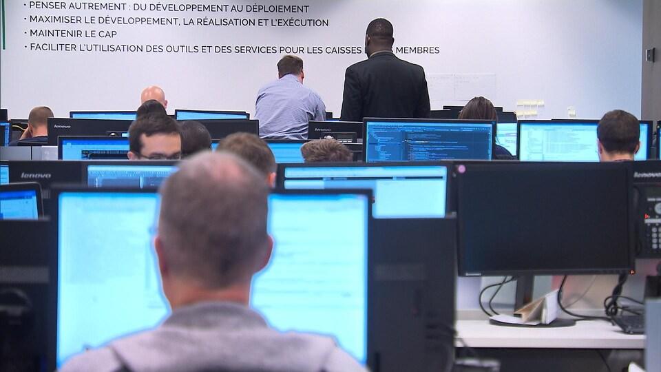 Des employés devant leur ordinateur