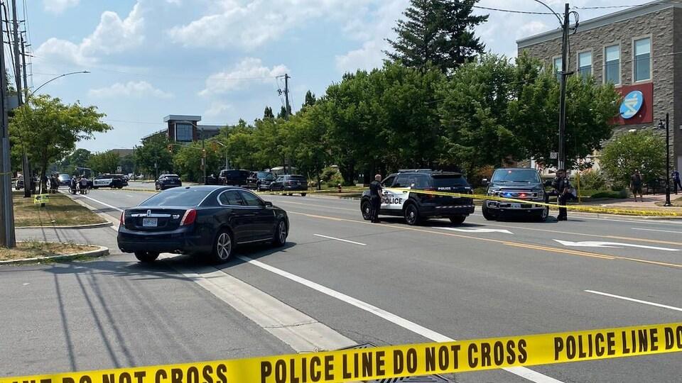 Des véhicules de police sur une rue de Burlington
