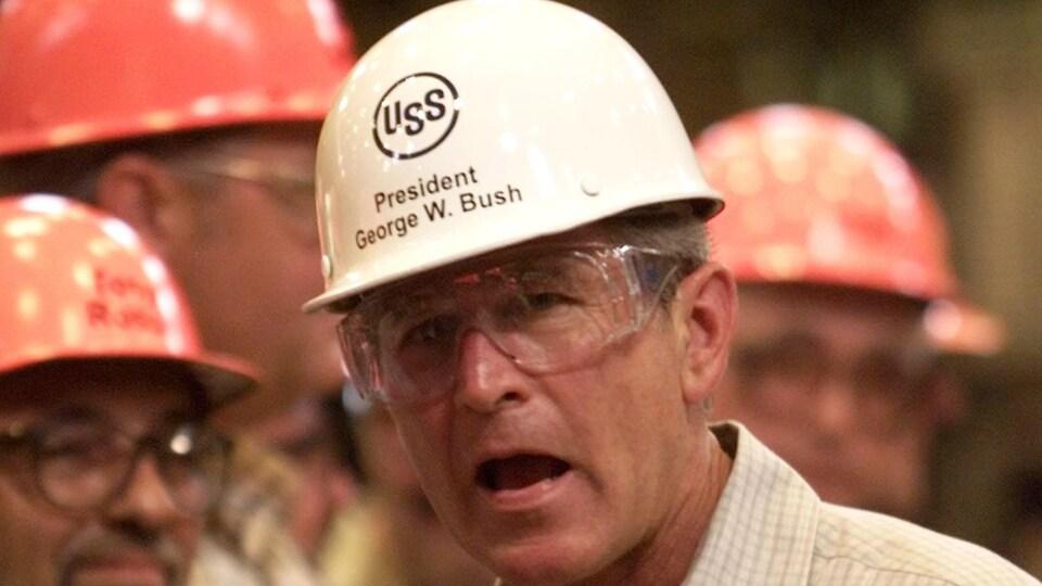 Le président Bush visitant une usine d'acier de Pennsylvanie, en 2001.