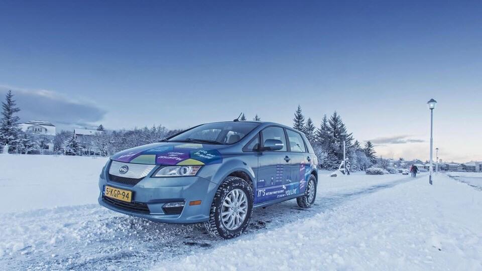 Une voiture de BYD dans un contexte hivernal