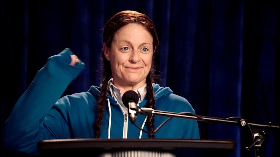 La comédienne porte des nattes et une veste.