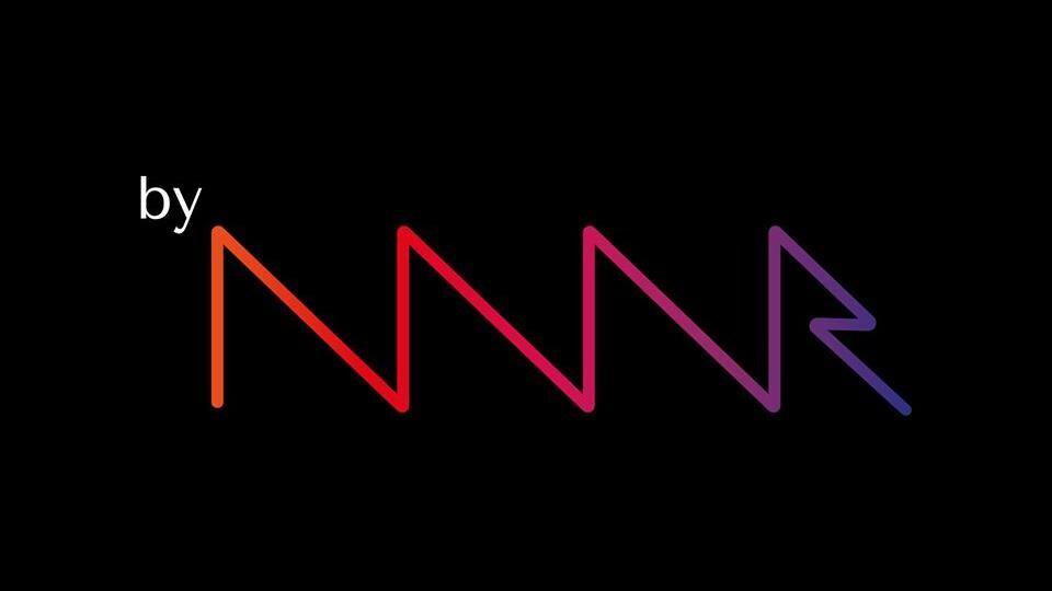 « byNWR » est écrit en lettres colorées sur un fond noir.