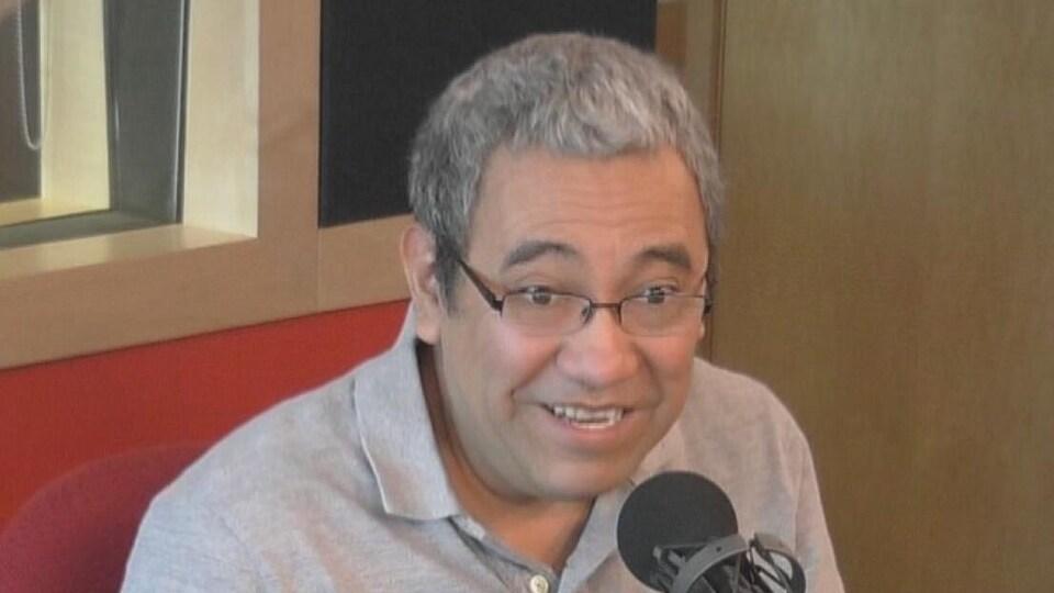 Byron Cruz en entrevue dans les studios de Radio-Canada.