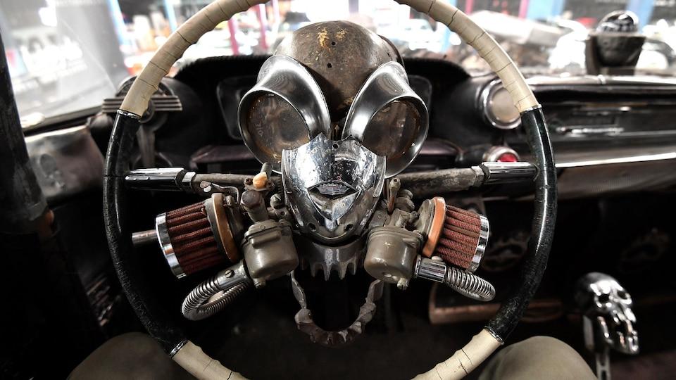 Le volant d'une voiture du film Mad Max : Fury Road.