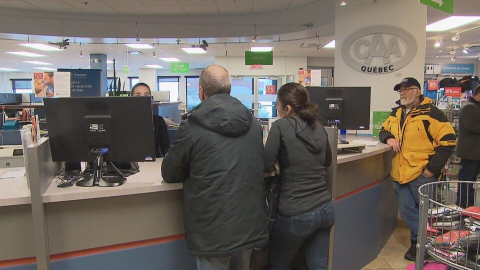 Des clients à un guichet de CAA-Québec.