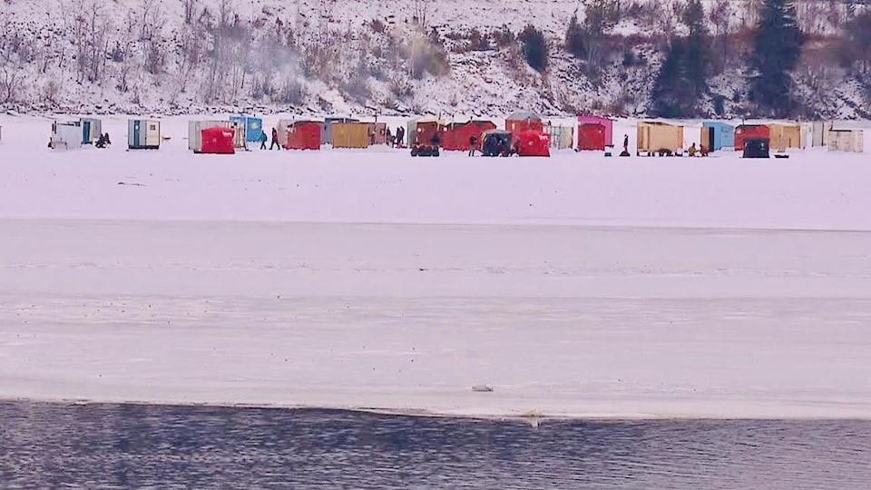 Des cabanes de pêches sur la glace.