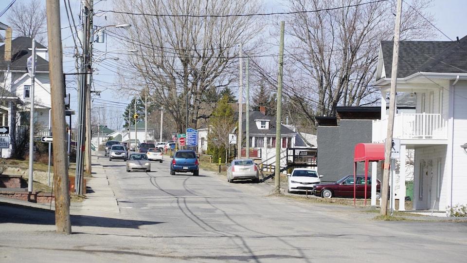Une rue résidentielle de Cabano, au printemps.