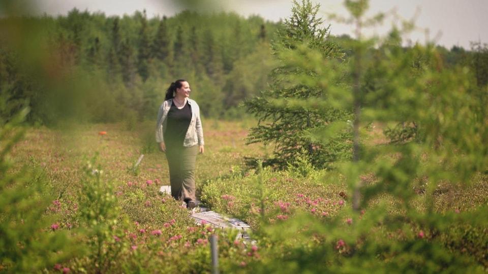 La géographe Margaret Kalacska à proximité d'une forêt.